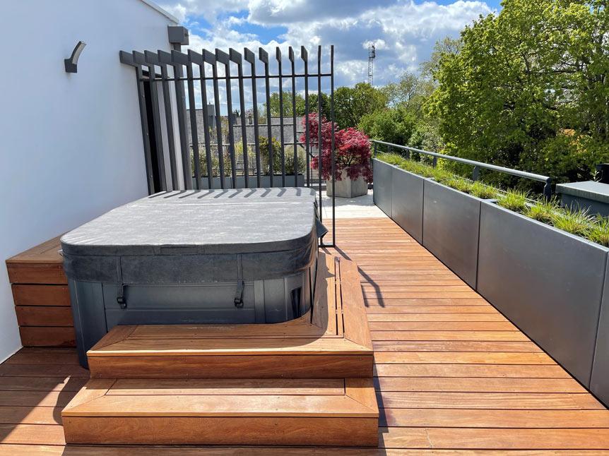 Brise vue décoratif et plantes en pots antracite et imitation béton sur une terrasse à Quimper