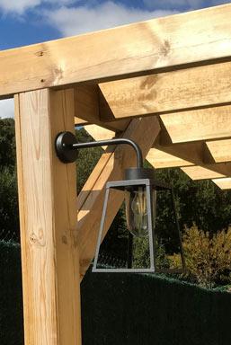 Eclairage avec câblage encastré dans une pergola en bois
