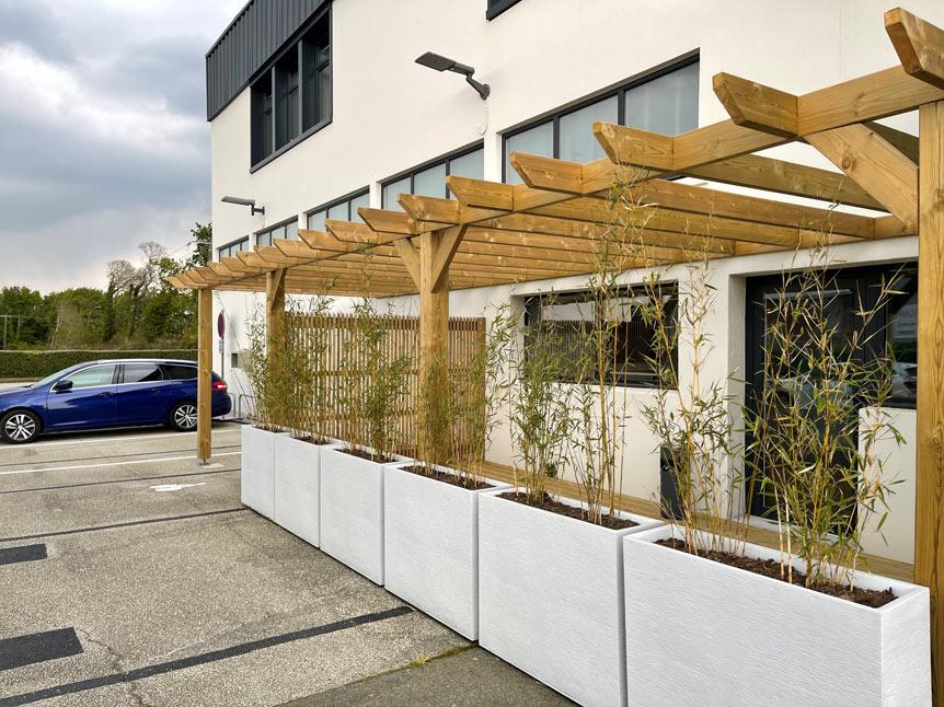 Espace extérieur avec espace pour les vélos et terrasse attenante à la salle de réunion à Quimper
