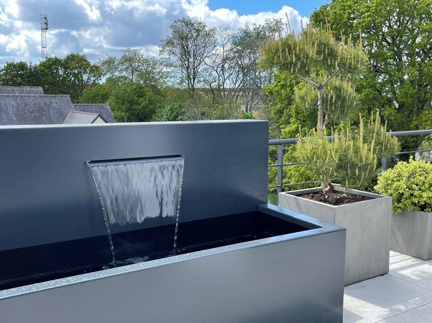 Fontaine sur un toit terrasse à Quimper
