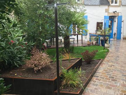 Jardinière en corten et allée en pavé grès multicouleurs dans un jardin de ville pour un Penty au Guilvinec
