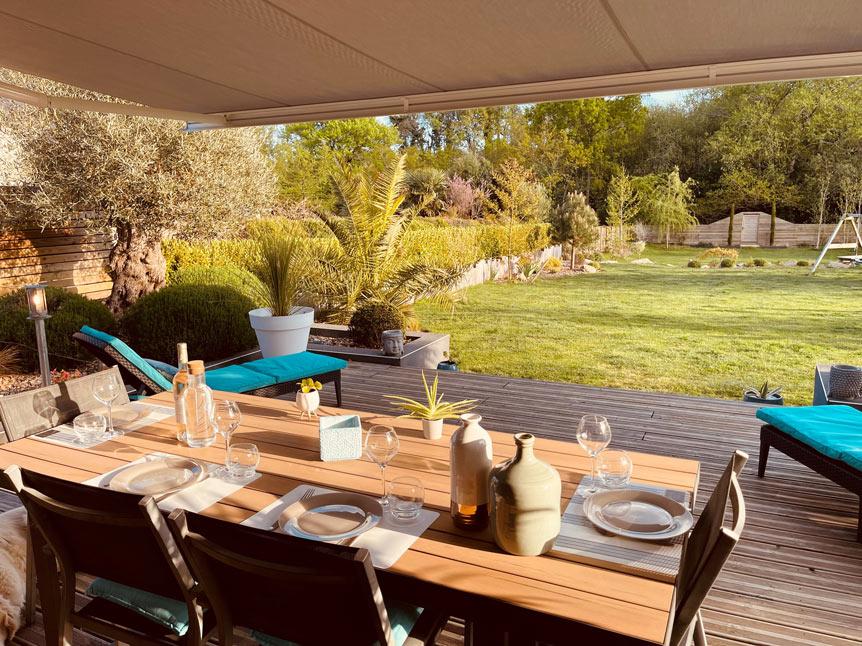 Soirée estivale avec décoration de table sur une terrasse bois à Plomelin