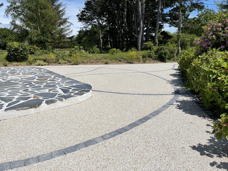 Création d'un béton désactivé avec pavage en pierre naturelle et rose des vents à Fouesnant