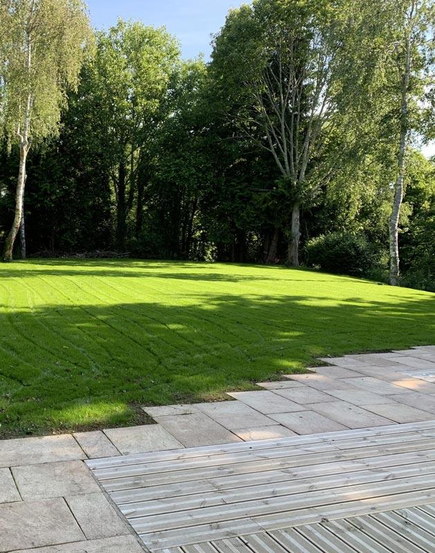Création d'un gazon et rénovation d'une terrasse en pierre et en pin à Concarneau